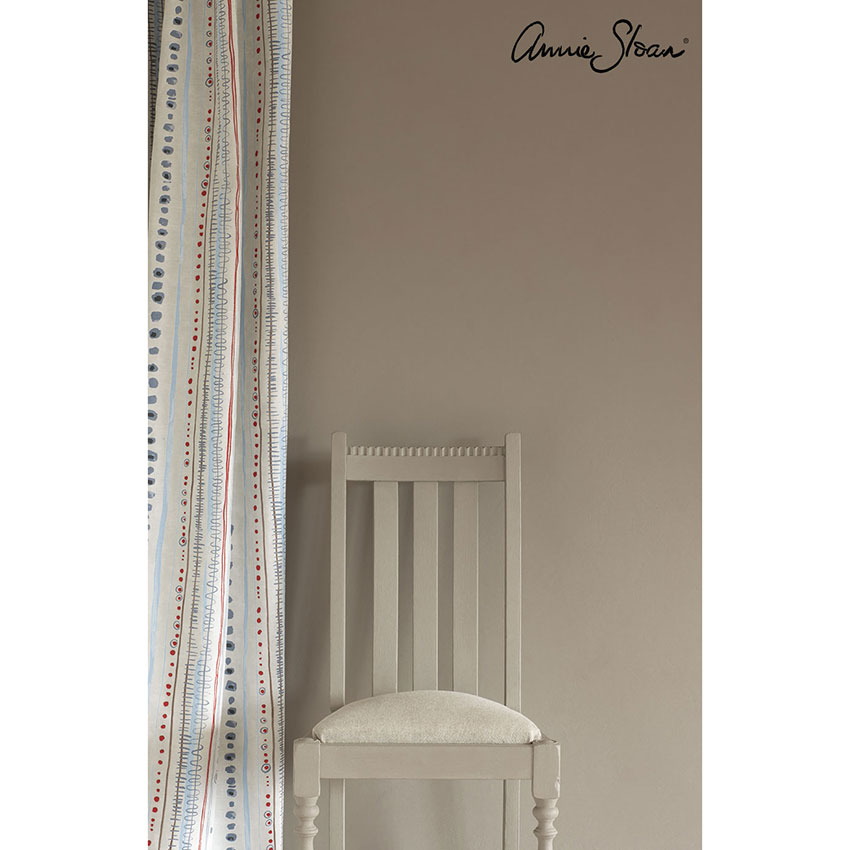 zidna barva French Linen Wall-Paint-by-Annie-Sloan-lifestyle-Piano-in-Old-Violet-curtain,-Linen-Union-in-Old-White-+-French-Linen-seat-cushion-image-1