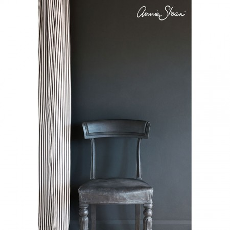 zidna barva Graphite Wall-Paint-by-Annie-Sloan-lifestyle-,-Ticking-in-Graphite-curtain-image-1
