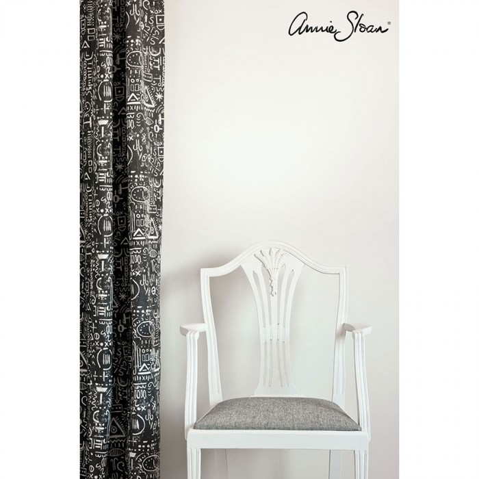 zidna-barva Old White Wall-Paint-by-Annie-Sloan-lifestyle-,-Tacit-in-Graphite-curtain,-Linen-Union-in-Graphite-_-Old-White-seat-cushion-image-1