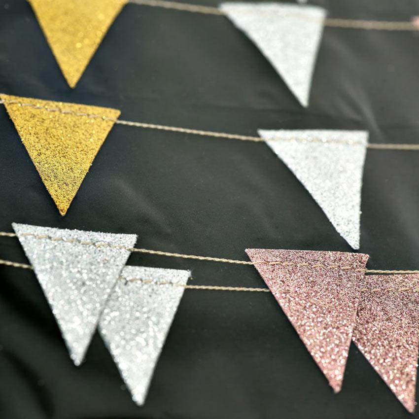 Girlanda z barvnimi zastavicami