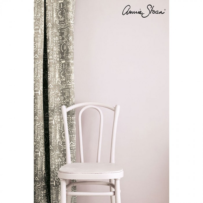 zidna barva Antoinette Wall-Paint-by-Annie-Sloan-lifestyle-,-Tacit-in-French-Linen-curtain-image-2